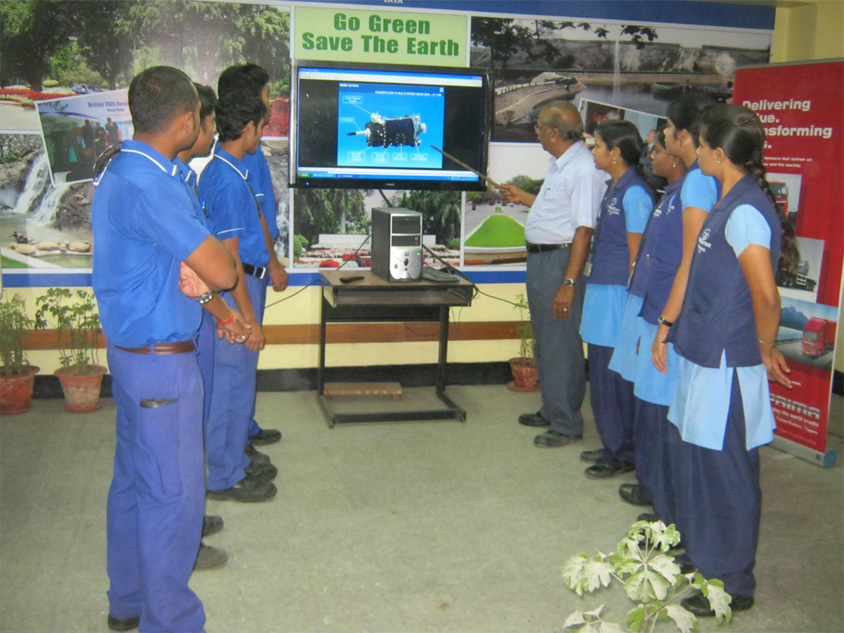 Session for Apprentices explaining the details of internal construction of aggregates by animation in LCD Projector